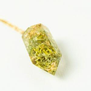 pendentif orgonite de lichen et de péridot