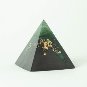orgonite pyramide gravity aventurine
